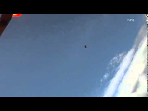 Un paracaidista, a punto de ser golpeado por un meteorito