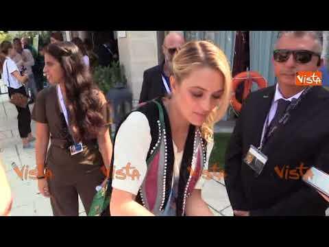 Carolina Crescentini arriva alla Mostra del Cinema di Venezia col compagno Francesco Motta