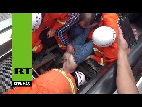 China: Un hombre sobrevive a un accidente en una escalera mecánica