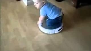 Bebés jugando con robots de limpieza