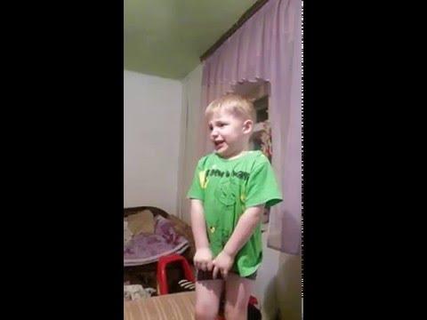 Мальчик рассказывает стих