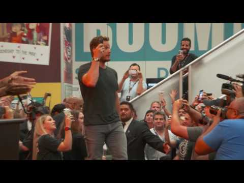 Guardians of the Galaxy 2: Chris Pratt and Cast Sign Autographs at Comic Con 2016