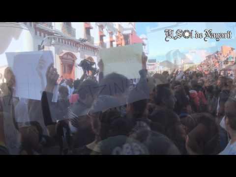 Estudiantes del Tec  de Tepic se manifiestan durante Desfile del 20 de Noviembre