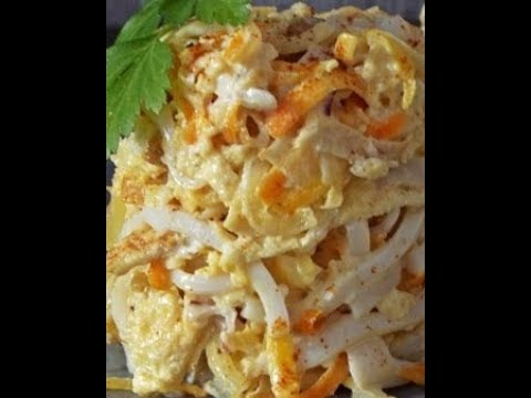Салат с кальмарами и яичными блинами