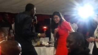 Waly Seck fait danser une chinoise