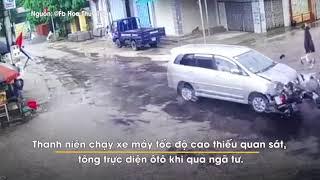 Xe máy tông trực diện nát đầu ôtô khi đi qua ngã tư