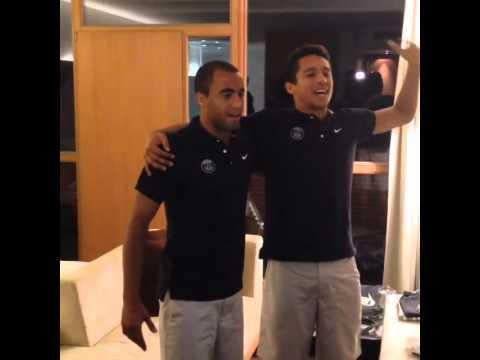 Lucas e Marquinhos cantam hino do Brasil antes da partida Brasil x Colômbia