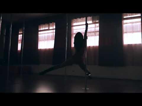 Шикарный танец девушки на пилоне, на шесте,стрип пластика