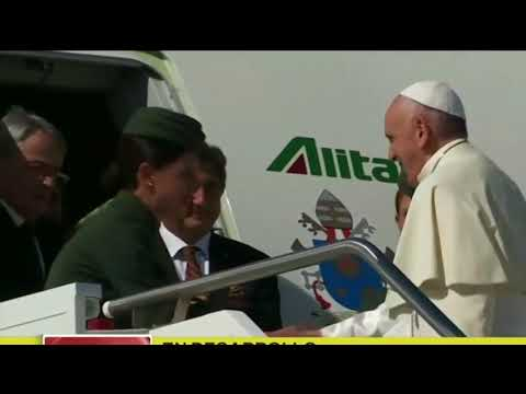 EL PAPA TROPIEZA Y SE CAE en su llegada a Colombia