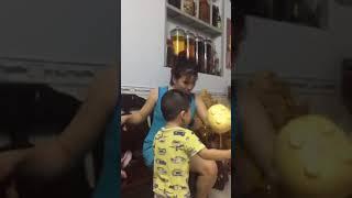 Khui lì xì của bé 2 tuổi mua vàng vía Thần Tài