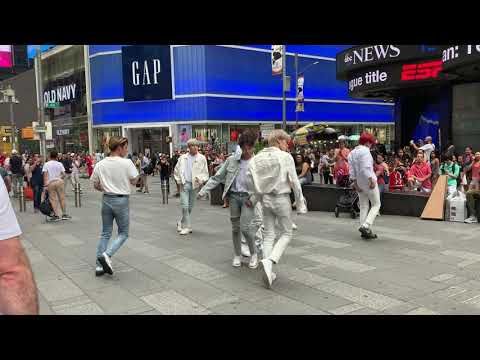 """Download Ateez Dancing to """"Aurora"""" in Times Square 190705 Mp4 baru"""
