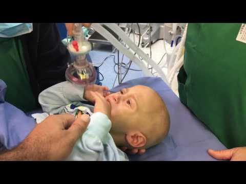 Как анастезиолог подготавливает маленького пациента