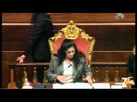 Rosy Mauro torna a presiedere il Senato, proteste e applausi (24/04/'12)