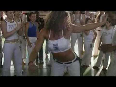 esta es una menina del grupo capoeira brasil que baila muy hermoso la samba.