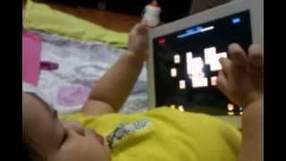 2 tuổi chơi pikachu siêu luôn!