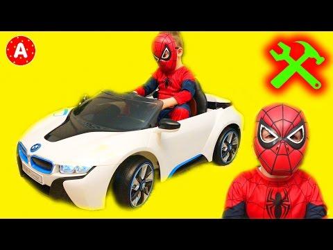Супергерой Механик Адам Распаковывает Электромобиль Машина BMW i8
