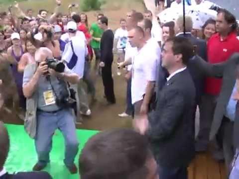 Медведев танцует на Селигере Medvedev Dancing in Seliger camp