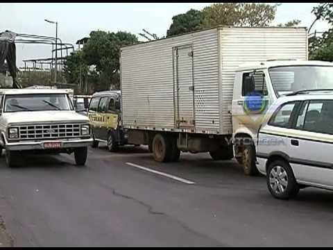 Engavetamento entre 4 veículos interdita BR-365
