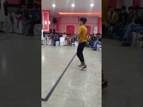 رقص زیبای بچه افغانی در محفل thumbnail