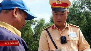 Cảnh sát giao thông VN được trang bị camera trên người (VOA)