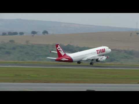 Avião da TAM decolando em Confins