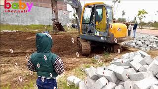 Bé Xem Máy xúc đất đào móng nhà | Baby channel