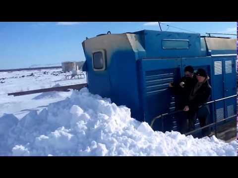 Тепловоз чистит снег