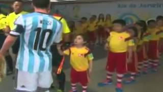 leo messi ignora un niño