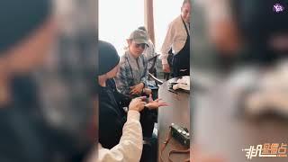 【今天】周杰倫林俊傑同桌吃包飯 表演摘戒指魔術看呆服務生!