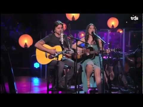 Italian artist Emanuela Bellezza performs with Juanes an unplugged version of &quot;Fotograf&Atilde;&shy;a&quot;