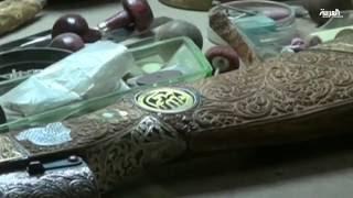 نحات عراقي يحول الأسلحة القديمة إلى قطع فنية