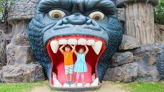 एड्रियाना और अली मनोरंजन पार्क में खेलते हैं! परिवार मज़ा साहसिक