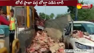 A truck rams into toll plaza in Rajasthan | ట్రక్కు బోల్తా.. బీరంతా వరదలా పారింది..