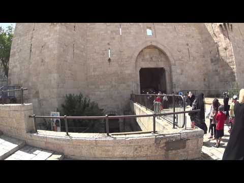 Which archaeological finds is below the Damascus Gate, the Old City of Jerusalem?