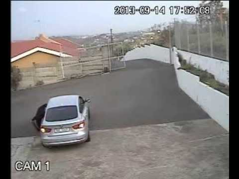Criminals casually trying to break into home in Shellcross, Durban, KZN