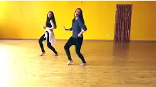 "Girls dance on ""Kala Chashma"" new WhatsApp status"