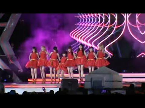 Video Lucu Anggota Cherrybelle Terpeleset Di Panggung Konser Surabaya (16-11-2013) video