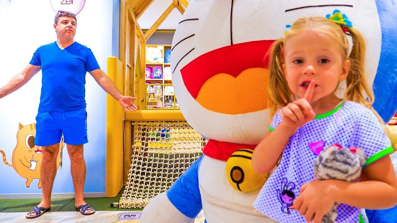 Настя и папа играют в прятки в магазине