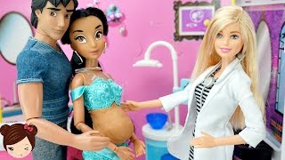 Princesa Disney Jasmin Embarazada y Tiene Bebe  con Doctora Barbie - Juguetes de Titi