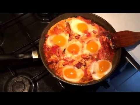Как вкусно пожарить яйца . Яичница с помидорами и колбасой. Лучший способ Что приготовить на завтрак