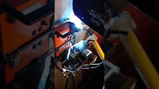Soldando na vertical com robô uniarc.