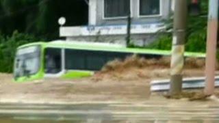 බස් එක ගංවතුරට ගහගෙන යන හැටි South Korea flash floods wash bus away