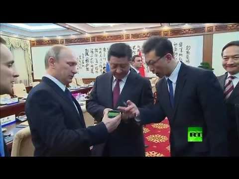 """الرئيس بوتين يُهدي نظيره الصيني هاتف """"يوتا"""" الروسي الذكي ثنائي الشاشة"""