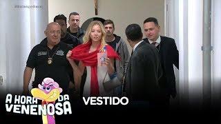 Najila chega à delegacia para depor com vestido de festa