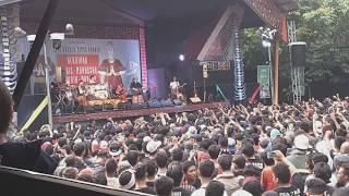 Download lagu Iwan Fals - Siang Seberang Sebuah Istana Konser Situs gratis