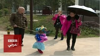 كلب يمشي علي رجلين في الصين