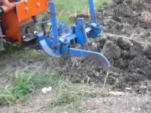 Trincia in azione sul vigneto - Mower in action on the vineyard.