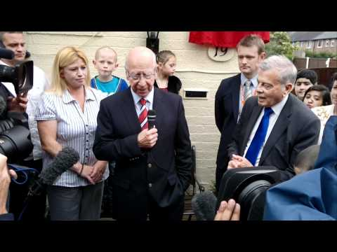 Bobby Charlton unveils plaque at Duncan Edwards home - MEN exclusive