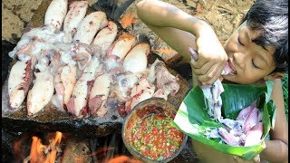 Primitive Technology - Cooking Squid on a rock for dinner