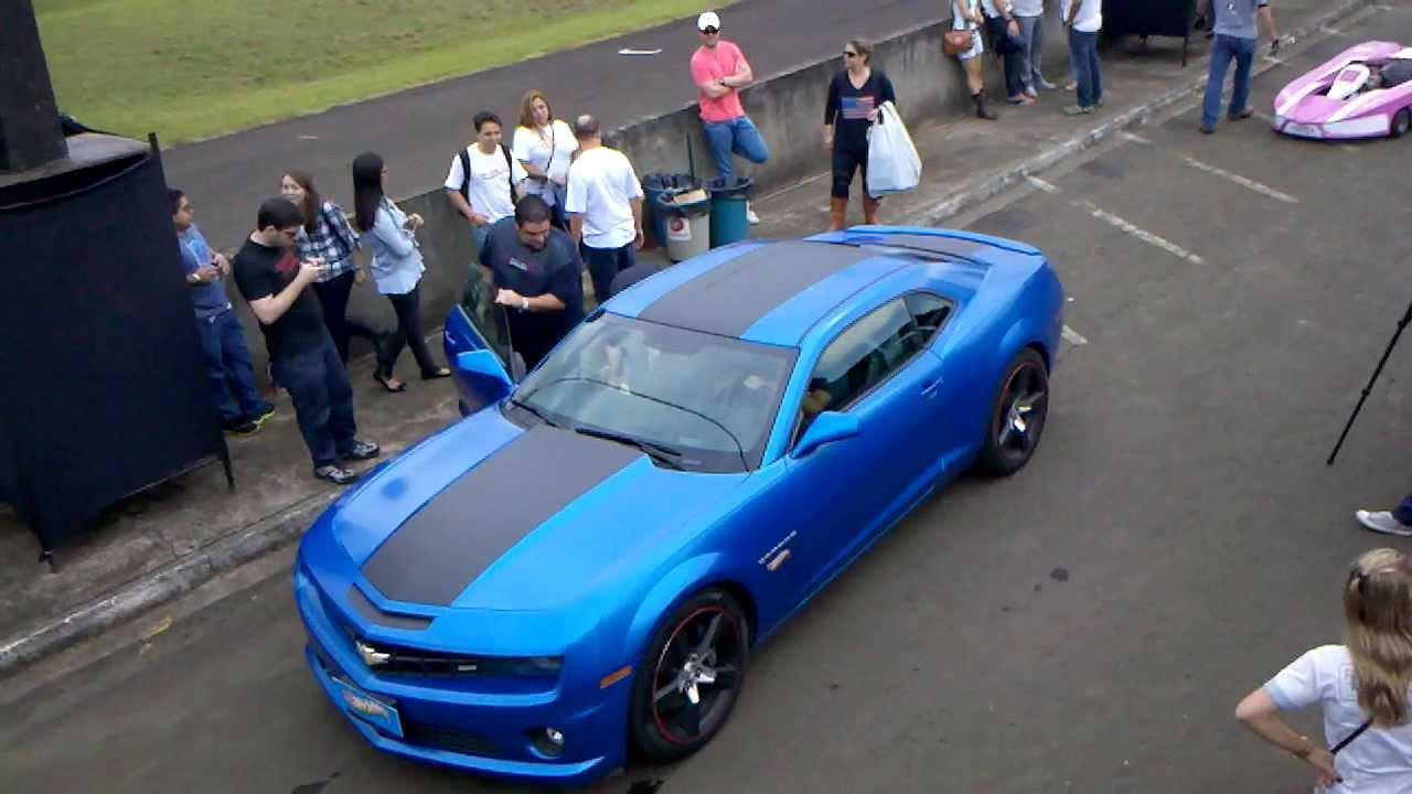 Camaro Azul Da Hot Wheels Acelerando Na Pista Com Os